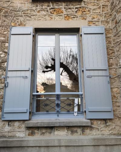Fenêtre en PVC Blanc et Volets battants en Aluminium Gris argent
