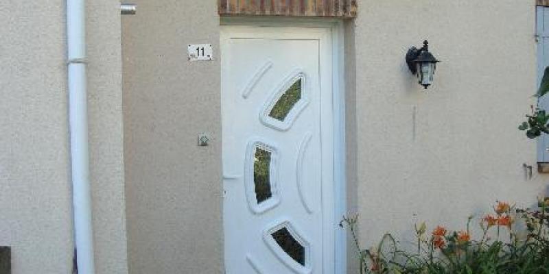 Porte d'entrée avec son panneau personnalisé