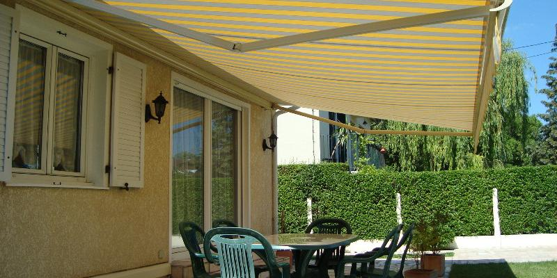 Store Banne jaune et blanc pour terrasse ou balcon