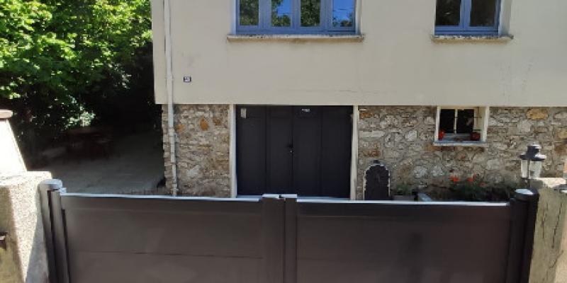 Portail battant motorisé et Porte de garage en aluminium avec vitrage intégré